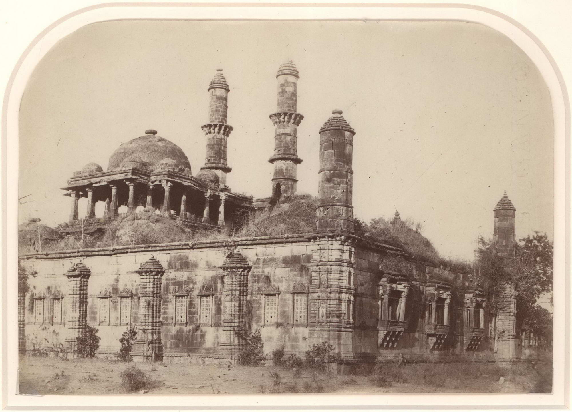 Architectural Studies And Group Portraits]. [India.