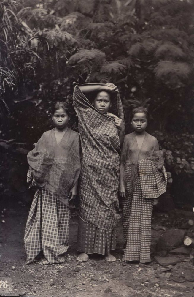 [Group Portraits And Views In Makassar, Indonesia]. E. Becker.