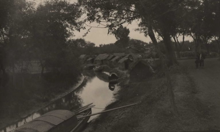 [Thatched Huts By A Canal With Covered Boats]. Boxiang Hu, Chinese.